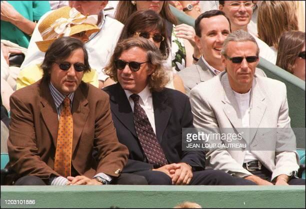 les anciens joueurs de tennis le Roumain Ilie Nastase l'Argentin Guillertmo Vilas et le Suédois Bjorn Borg assistent le 08 juin à Roland Garros à la...