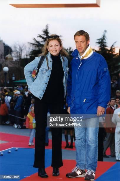 Les animateurs Véronika Loubry et Alexandre Delpérier à la soirée Disney le 27 mars 1999 à Marne la Vallée France