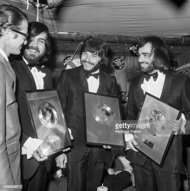 Les 'Aphrodite's Child' composé de Vangelis Papathanassíou Lucas Sideras et Demis Roussos reçoivent un disque d'or en juillet 1969 à La Siesta...