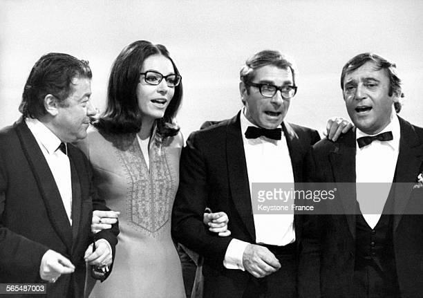 Les artistes Francis Blanche Nana Mouskouri Jean Poiret et JeanMarc Thibault répètent au studio des ButtesChaumont à Paris France le 10 mai 1969 pour...