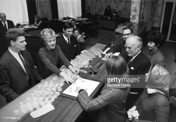 Les athlètes britanniques Colin Campbell Lillian Board et Ron Jones pressentis pour composer l'équipe olympique anglaise aux JO de Mexico vendent des...
