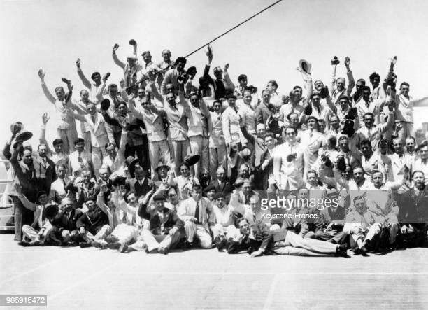 Les athlètes de la délégation olympique française aux JO de Los Angeles saluent depuis le paquebot Lafayette à leur arrivée en Amérique le 21 juillet...