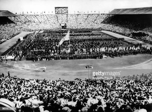 Les athlètes de l'université de Cambridge apportent la flamme olympique après son voyage depuis la Grèce lors de la cérémonie d'ouverture des Jeux...
