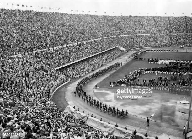 Les athlètes français défilent dans le stade lors de la cérémonie d'ouverture des Jeux Olympiques le 20 juillet 1952 à Helsinki, Finlande.