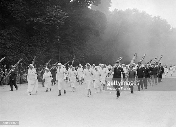 Les athlètes participant à la Fête de la gymnastique au Jardin des Tuileries saluent les personnalités officielles présentes à Paris France le 14...
