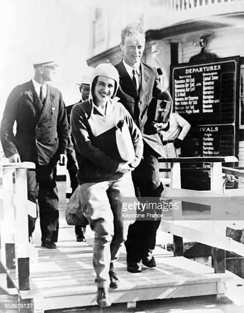 Les aviateurs Anne et Charles Lindbergh debarquant de leur hydravion suite a un long voyage d'etude autour du monde a Miami Floride le 28 decembre...