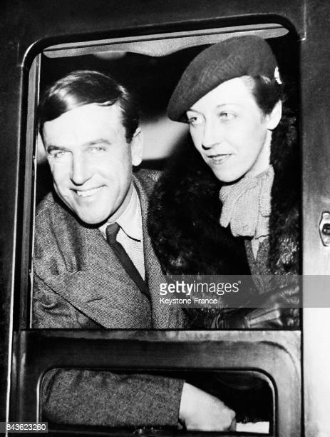 Les aviateurs britanniques James et Amy Mollison à la fenêtre du train qui les emmène à Southampton avant leur départ pour l'Amérique le 21 janvier...