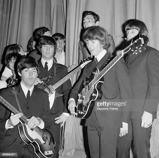 Les Beatles avec des fans lors de leur concert au Palais des Sports à Paris France le 20 juin 1965