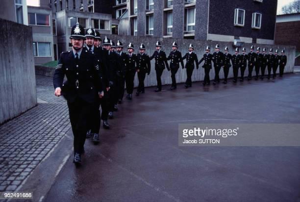 Les bobbies du Yorkshire font de l'exercice au centre de formation circa 1980 à Wakefield RoyaumeUni