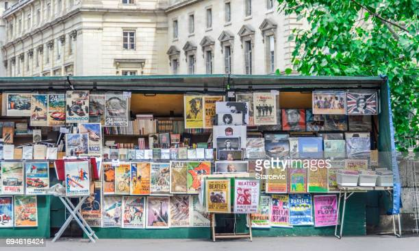 les bouquinstes in paris - street market stock pictures, royalty-free photos & images