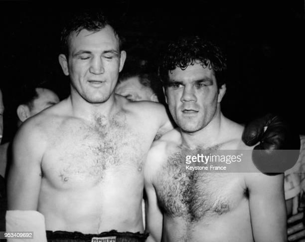 Les boxeurs Freddie Mills et Joe Baksi photographiés après leur combat à Harringay à Londres RoyaumeUni le 5 novembre 1946