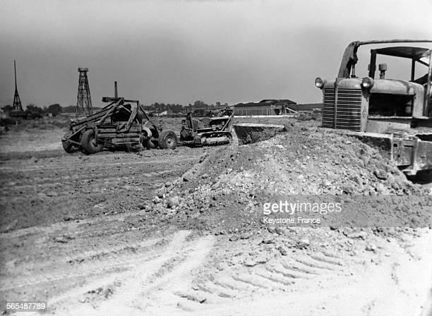 Les bulldozers déplacent la terre pour créer la plateforme qui recevra la chaussée de l'autoroute du sud vers Orly en France le 5 septembre 1953