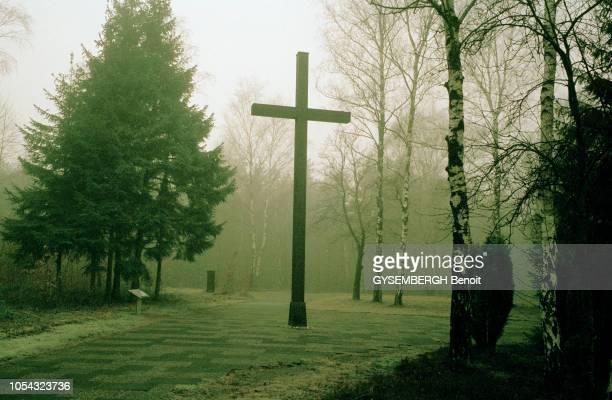 le camp de concentration de BergenBelsen situé dans le nordouest de ALLEMAGNE et qui a été rasé par les Anglais après la libération croix en bois...