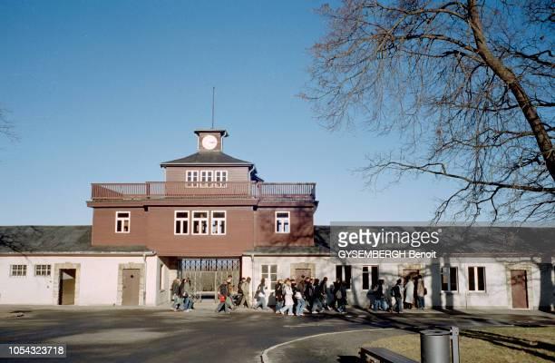 le camp de prisonniers et de concentration de Buchenwald près de Weimar en ALLEMAGNE Un groupe d'adolescents passe devant le bâtiment de la porte qui...