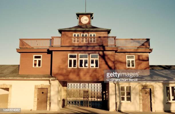 le camp de prisonniers et de concentration de Buchenwald près de Weimar en ALLEMAGNE Ici le bâtiment de la porte qui servait de tour de guet...