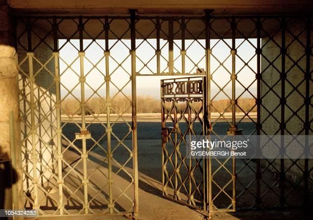 le camp de prisonniers et de concentration de Buchenwald près de Weimar en ALLEMAGNE Ici focus sur la porte d'entrée principale en fer forgé réalisée...