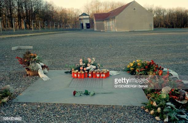 le camp de prisonniers et de concentration de Buchenwald près de Weimar en ALLEMAGNE Ici au milieu des graviers un lieu de mémoire sous forme de...