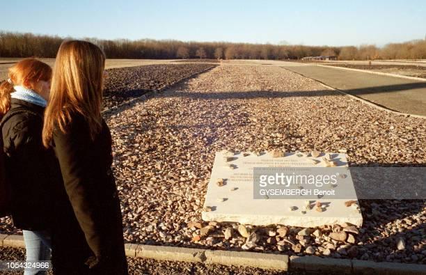 le camp de prisonniers et de concentration de Buchenwald près de Weimar en ALLEMAGNE Ici au milieu des graviers dalle commémorative pour les femmes...