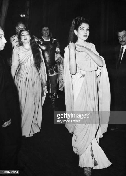 Les cantatrices Maria Callas et Miriam Perazzini et le ténor Franco Corelli au théâtre de l'Opéra de Rome Italie le 2 janvier 1958