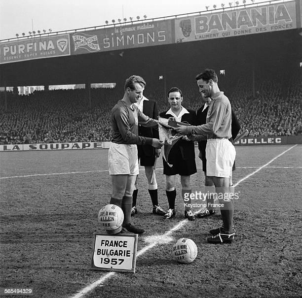 Les capitaines des deux équipes s'échangent les fanions avant le début du match de football opposant la France à la Bulgarie au Stade des Princes à...