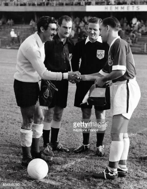 Les capitaines des équipes du Mexique et du Pays de Galle se serrent la main avant le début du match à Solna Suède le 11 juin 1958