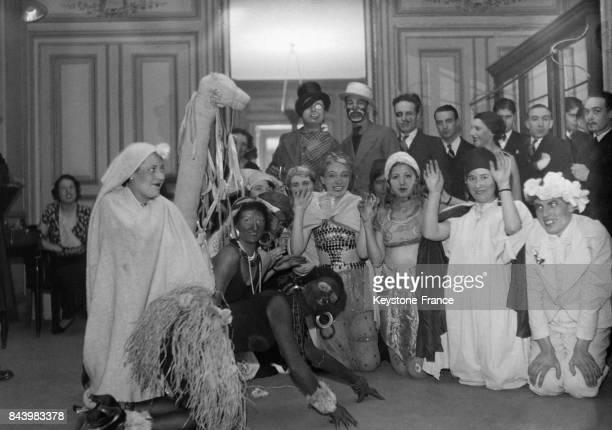 Les catherinettes aux costumes improbables célèbrent la SainteCatherine dans une célèbre maison parisienne en novembre 1932 à Paris France