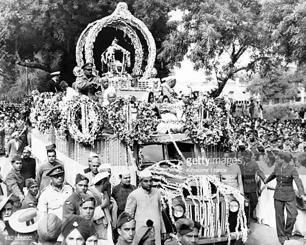 Les cendres du Mahatma Gandhi sont portees dans les rues le 17 fevrier 1948 a Allahabad Inde