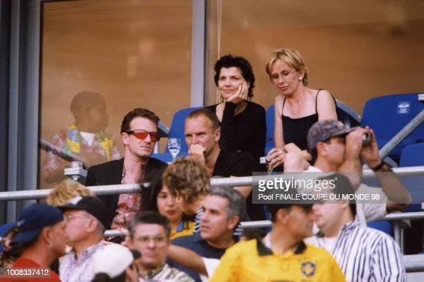 Les chanteurs Bono et Sting accompagnés de leur femme assistent à la finale dans les tribunes du stade 12 juillet 1998 Saint Denis France