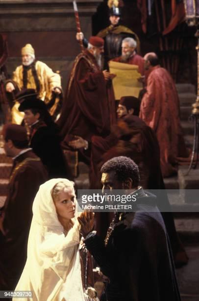 Les chanteurs d'opéra Katia Ricciarelli et Placido Domingo pendant le tournage du film de Franco Zeffirelli 'Othello' en février 1986 en ltalie
