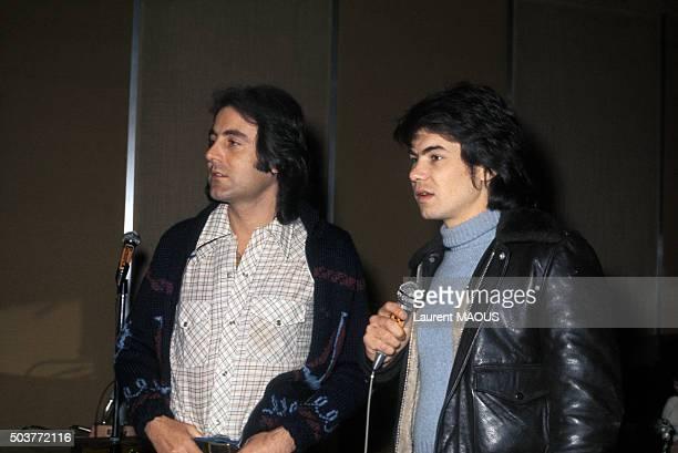 Les chanteurs Michel Delpech et Daniel Guichard lors d'une soiree a Paris France circa 1970