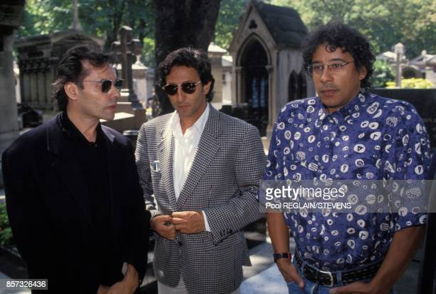 Les chanteurs Yves Simon et Laurent Voulzy et l'acteur Richard Anconina au centre lors des obseques de Michel Berger au cimetiere Montmartre le 6...