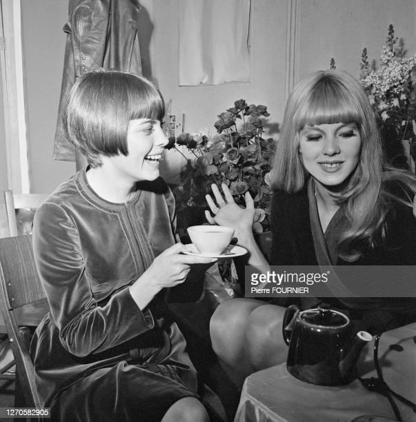 Les chanteuses françaises Sylvie Vartan et Mireille Mathieu à l'Olympia de Paris.