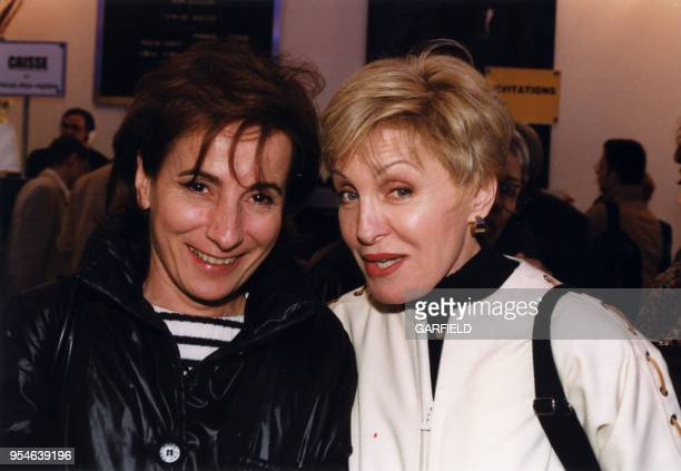 Les chanteuses MariePaule Belle et Nicole Croisille le 8 avril 1999 à Paris France