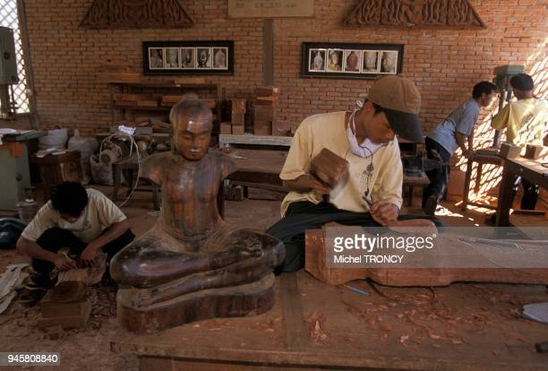 Les chantierscoles enseignent les techniques de la sculpture sur bois des jeunes Cambodgiens Les chantierscoles enseignent les techniques de la...