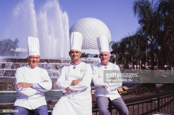 Les chefs cuisiniers Gaston Lenôtre, Paul Bocuse et Roger Vergé à Epcot le 21 octobre 1982 , Etats-Unis.