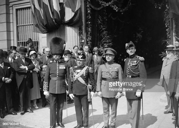 Les chefs de musique des Gardes anglaise, italienne, belge et françaises lors d'une fête et d'un défilé militaire le 16 avril 1933 à Cannes, France.