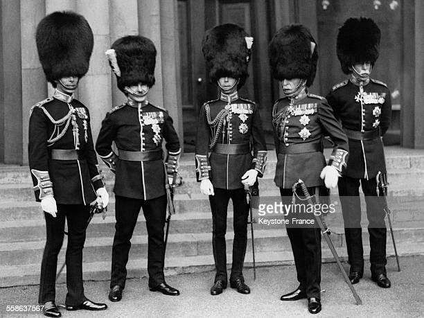 Les cing regiments britanniques representes par leurs colonels lors de l'inauguration du memorial a Lord Methuen le Duc d'York colonel du regiment...