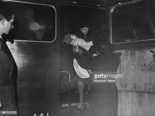 Les civils anglais sont rapatriés de Palestine une mère et son enfant descendent du car qui les amenés de l'aéroport d'Orly à l'hôtel Petrograd à...