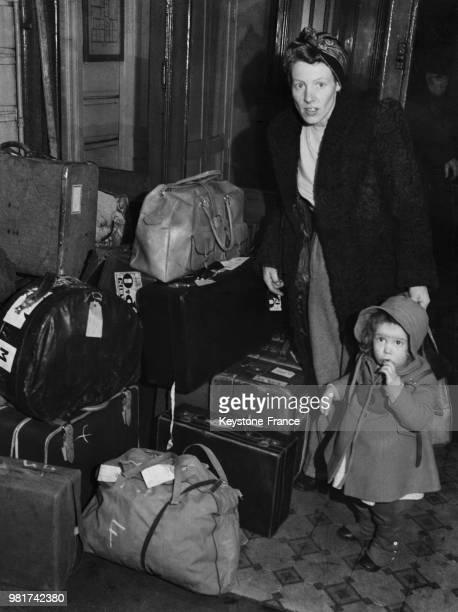 Les civils anglais sont rapatriés de Palestine une mère et son enfant à côté des bagages déposés à l'hôtel Petrograd à Paris en France le 5 février...