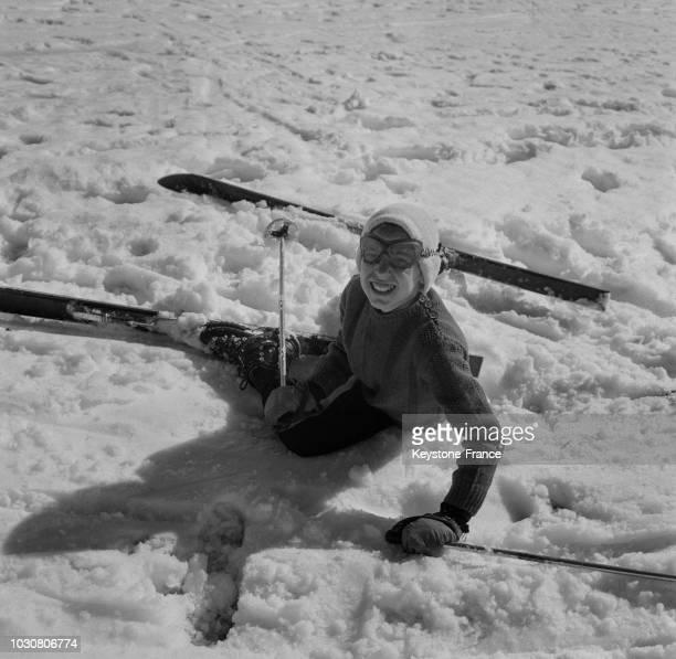 Les écoliers profitent des sports d'hiver pendant ces classes de neige en 1967 en France