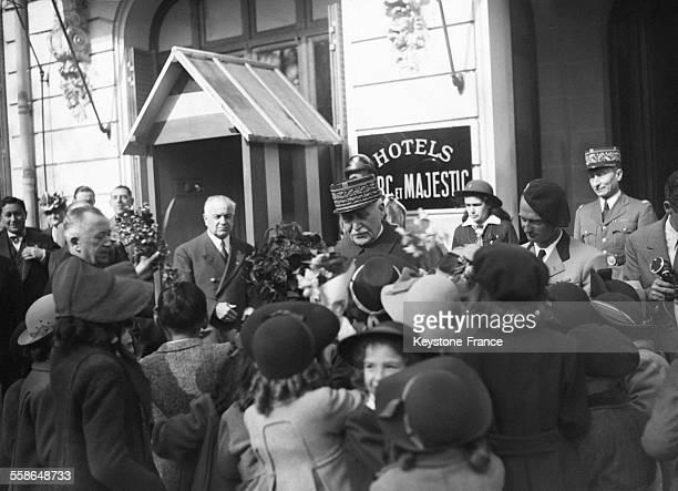 Les écoliers remettent un bouquet de fleurs au Maréchal Pétain à Vichy France circa 1940