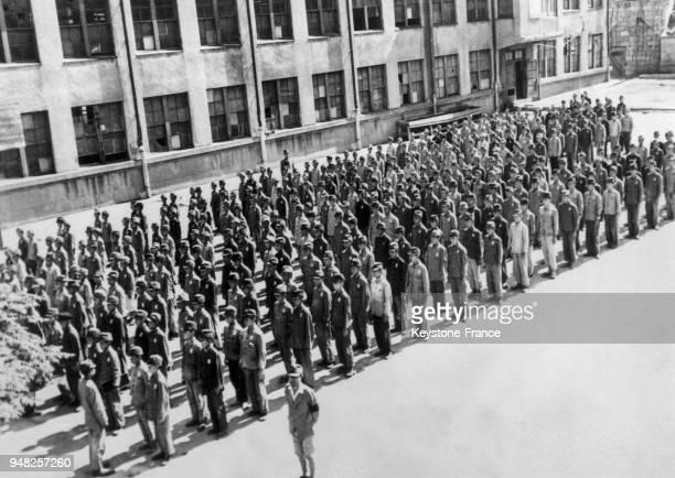 Les écoliers sont en rang dans la cour d'une école pour le premier jour de rentrée des classes depuis la fin de la guerre à Tokyo Japon en 1945