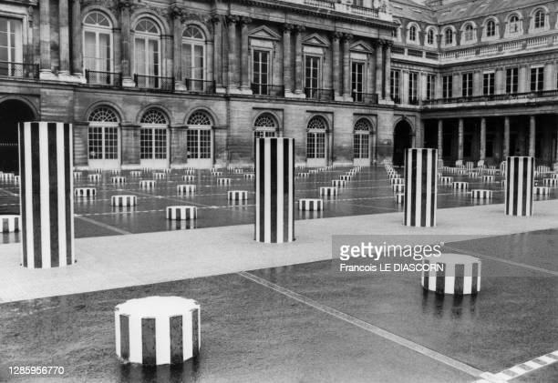 Les colonnes de Buren réalisées par Daniel Buren, dans le jardin du Palais-Royal à Paris, en 1986, France.