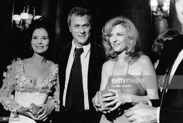 Les comédiennes MarieJosé Nat et Nicole Courcel encadrent l'acteur et producteur américain Tony Curtis qui vient de recevoir le prix du meilleur...