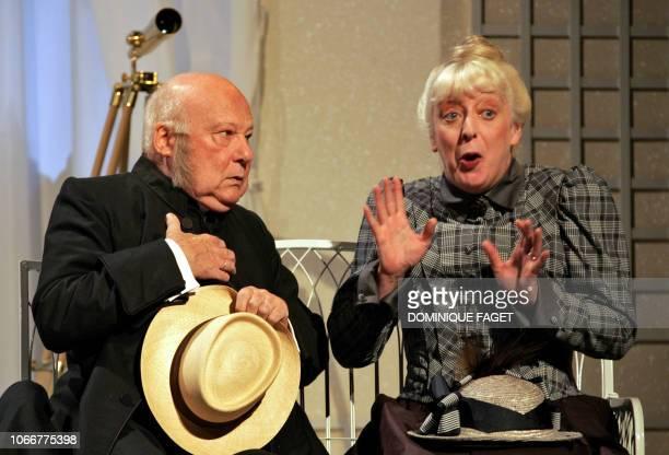 Les comédiens Claire Magnin et Yves Gasc se produisent lors d'une répétition de la pièce 'L'importance d'être constant' d'Oscar Wilde mise en scène...