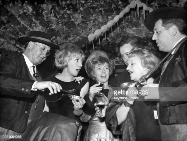 Les comédiens Colette Brosset Robert Dhéry et Jane Sourza dégustent le Beaujolais nouveau dans les caves de la Tour Eiffel circa 1960 à Paris France