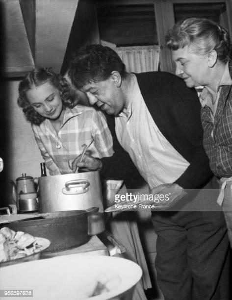 Les comédiens Floriane Prévot Michel Simon et Claire Ollivier sur le tournage du film 'Monsieur X' d'André Hunebelle en studio le 5 mars 1952 à...