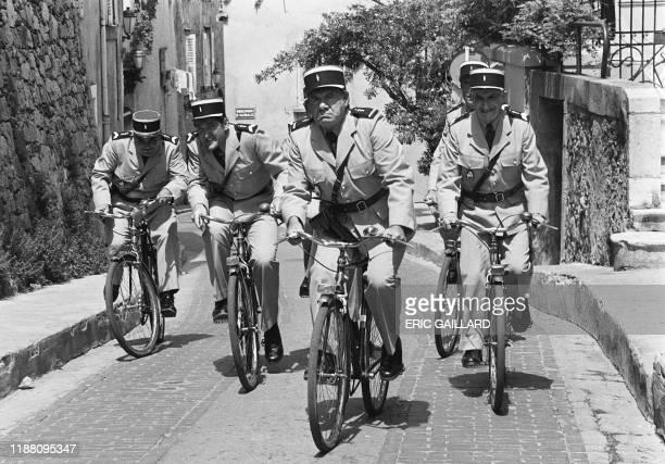 """Les comédiens français Michel Galabru , Louis de Funès et Patrick Préjean tournent, le 10 mai 1982 à Paris, une scène du film """"Le Gendarme et les..."""