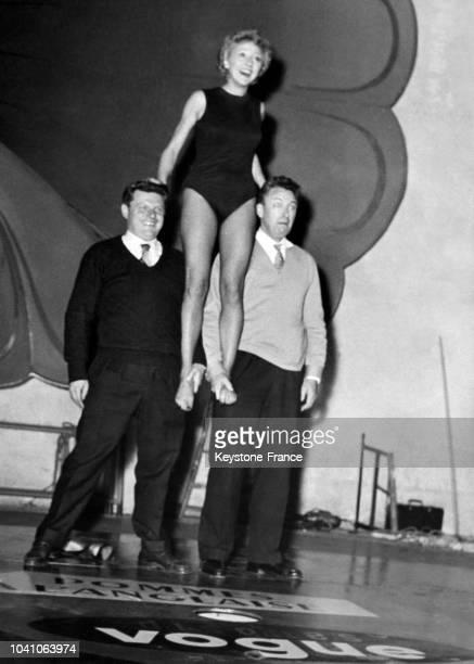Les comédiens Robert Dhéry, Colette Brosset et Gérard Calvi dans la pièce 'Pommes à l'anglaise' au Théâtre de Paris le 27 octobre 1964 à Paris,...