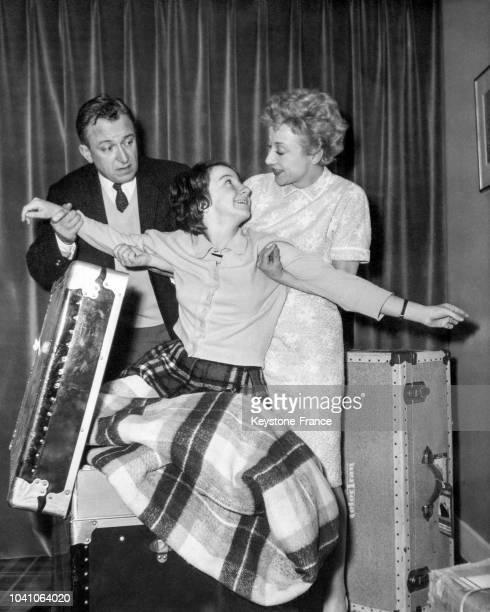 Les comédiens Robert Dhéry, Colette Brosset et leur fille à leur domicile après leur retour d'une tournée triomphale en Amérique pour les...